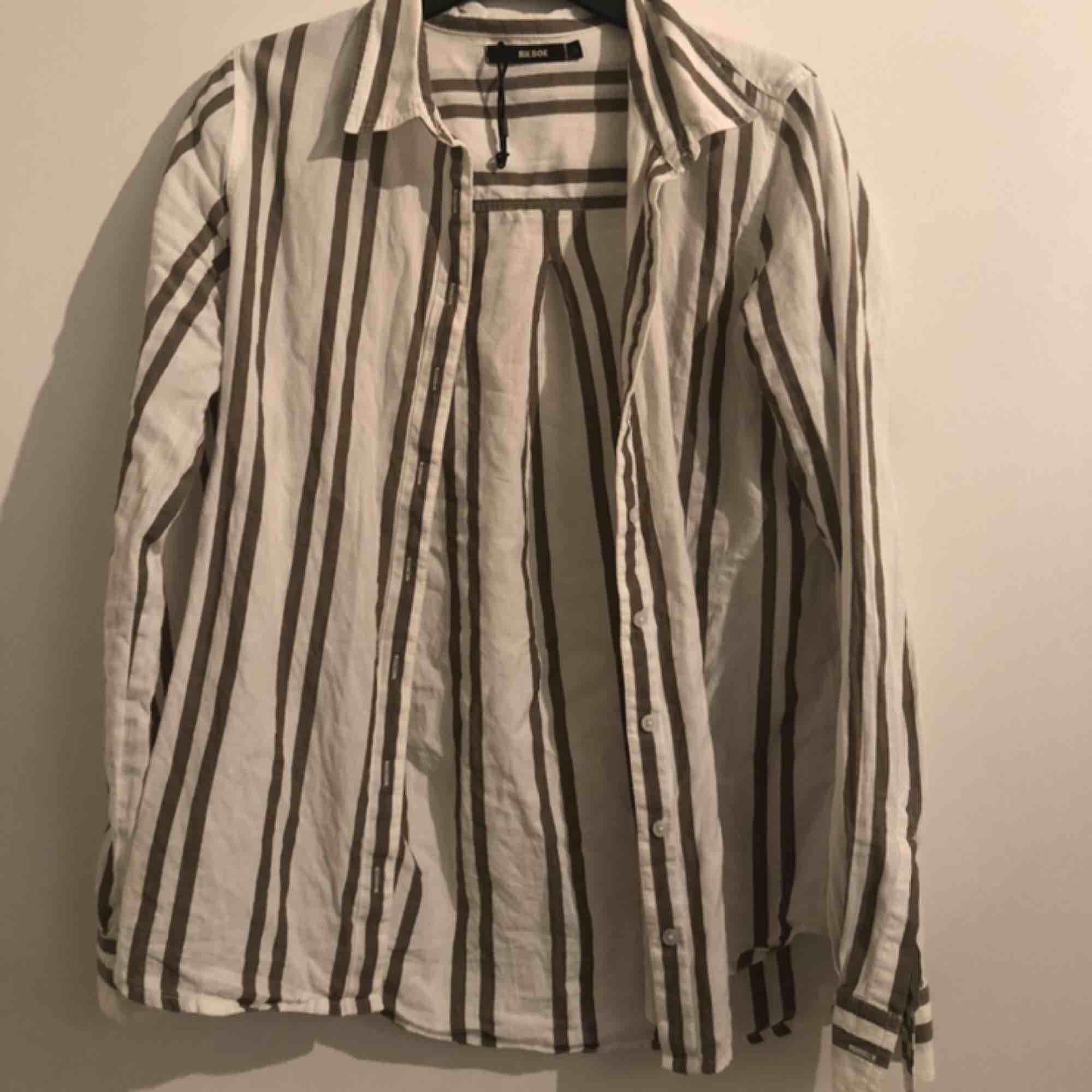 En randig linne skjorta från Bikbok . Skjortor.