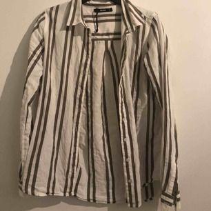 En randig linne skjorta från Bikbok