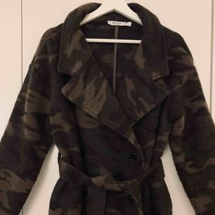 Militärmönstrad kappa/rock i ylle från NAKD. Använd en gång så som ny.  Storlek S. Nypris 1400kr