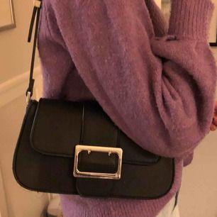 Jätte snygg trendig väska från zara.  Köpt nyligen aldrig använd fint skick! Pris kan diskuteras Nypris: 349