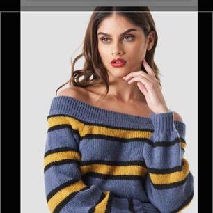 Off-shoulder sweatshirt med gul/ blåa ränder från nakd. Den är aldrig använd och i mycket fint skick. Väldigt mysigt material och skön. Den är i storlek S men funkar även som M/L