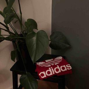 Stilren röd t-shirt från Adidas. Frakten ingår!