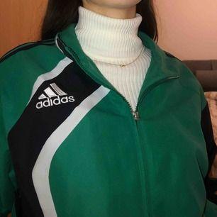 Vintage Adidas windbreaker:) Är L i herrstorlek men sitter väldigt fint på mindre storlekar, jag själv är S för jämförelse.  Priset kan diskuteras:)