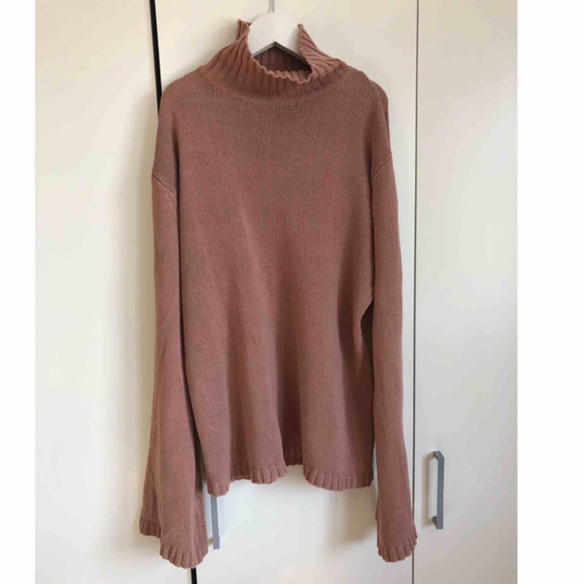 Säljer denna sköna tröjan då den inte kommer till användning, super mysig nu till vintern. Tröjan ser ut och vara jätte lång på bilden men de är den inte.. Stickat.
