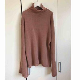 Säljer denna sköna tröjan då den inte kommer till användning, super mysig nu till vintern. Tröjan ser ut och vara jätte lång på bilden men de är den inte.