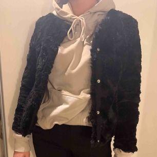 Riktigt snygg pälsjacka från vero Moda!  Jackan är knappt använd, en jättefin jacka med den är tyvärr för liten:(