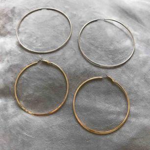 Två par stora hoops/creoler. De silverfärgade 10cm i diameter, de guldfärgade 9cm i diameter. Båda paren är köpta på på Glitter och är ej använda (har dubbletter). 30kr per par eller 50kr för båda. Frakt 9kr tillkommer