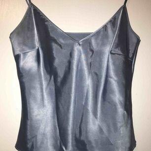 Suuuperfint linne i polyester och silke! Inköpt på second hand men inte använd sen dess så fint skick!