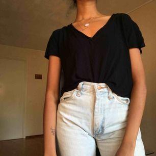 T-shirt med v-hals. 🖤