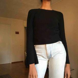 Svart långärmad tröja med utsvängda armar! 🖤 Vita prickar från en kofta jag hade på mig innan.  :)