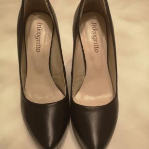 Pumps i skinn aldrig använda liknar louboutin skor men den röda undersidan och modellen