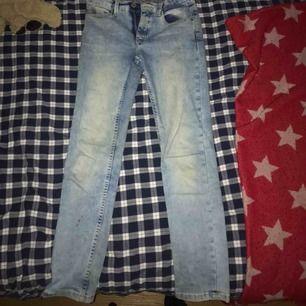 Det är ett par Tommy hilfiger i storleken 152 och dom är en slim modell. Jeansen är inte använda mycket då jag snabbt växte ur dom.