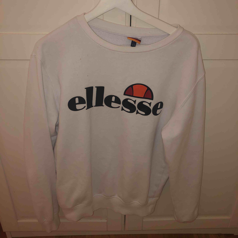 Säljer nu denna snygga ellesse tröja! I toppenskick! Fraktar eller möts upp i Sthlm!. Huvtröjor & Träningströjor.