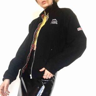 🍒LONSDALE🍒 Gulligaste vintage LONSDALE bomberjackan. Köpt på Humana i Berlin I begagnat skick men fortfarande fin med röd rutigt innerfoder. Gullig till svarta jeans. Frakt tillkommer. Puss o K🍒