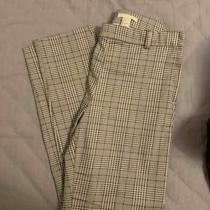 Ett par supersnygga och sköna kostymbyxor. Passar till allt.  Kan mötas upp i Stockholm annars står köparen för tillkommande frakt.