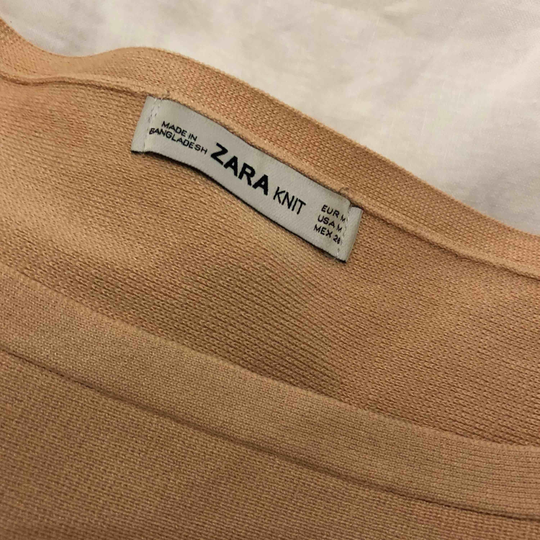 Stickad tröja i kort och bred modell från Zara. Färg puderrosa/beige. Köparen står för eventuell fraktkostnad. . Stickat.