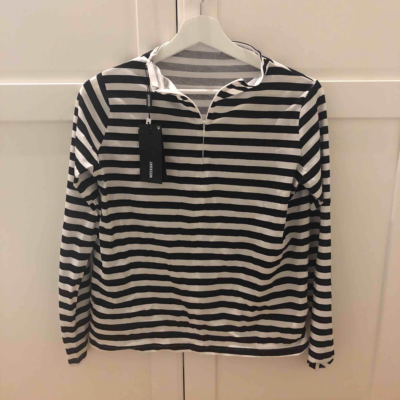 En as snygg långärmad tröja från weekday som aldrig är använd! Säljs pga för liten, super trendig med en zipper! Fraktar eller möts i Sthlm!. Toppar.