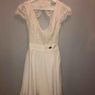 Vit klänning från Chiara forthi  Använd 1-2 gånger  Ursäkta för dåliga bilder men klänningen är väldigt fin!! Pris kan diskuteras  Nypris:600kr