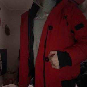 Röd canada goose modellen chilliwack bomber jacka i stl M men passar även S, avtagbar päls. ny skick, säljer pga använder tyvärr aldrig. Priset kan gå ner för snabb affär. Finns även fler bilder, har tyvärr tappat bort kvittot därav billiga priset.