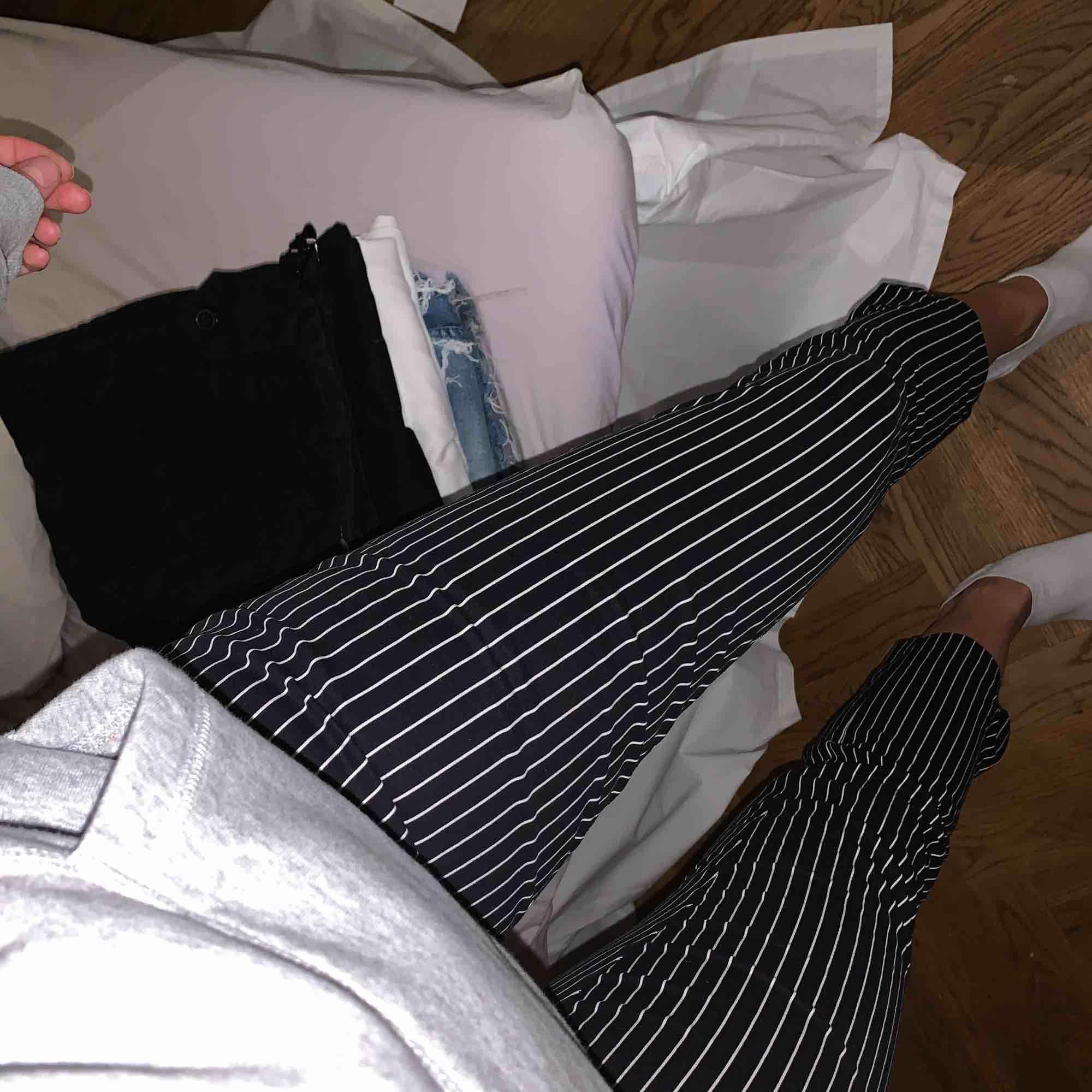 Jättefina randiga kostymbyxor. Ganska små i storleken skulle säga att dom sitter som storlek 38. . Jeans & Byxor.