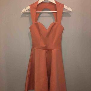 Klänning från Nelly aldrig använd!! Lite mer rosa i verkligheten än vad det är på bilden Super fin i ryggen   Nypris:300kr