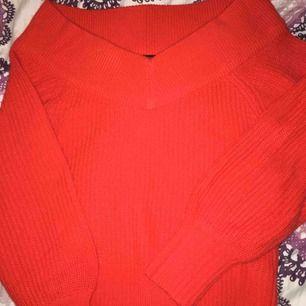 En fin röd urringad kort stickat tröja från Gina tricot. Den här är så skön och fin rekommenderar starkt. Passar i Bode m och s men det står M.