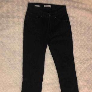 Svarta jeans från pull and bear Använda 1-3 gånger  Nypris:399kr