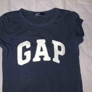 En snygg t-shirt från märket GAP. Storlek xxs men passar även xs. Kan mötas upp i Stockholm annars står köparen för tillkommande frakt