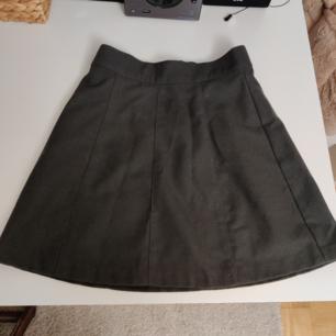 Grå kjol i tjockare material, perfekt på hösten. Aldrig använd, endast testad. Frakt betalas av köparen