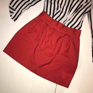 Superfin kjol som är köpt här på plick, säljer då den inte passade mig! Ingen stretch, passar en S. Priset är exkl. frakt 📦 hör gärna av dig om du har frågor!🥰