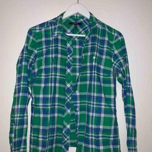 En snygg skjorta från Gant som man kan styla på många olika sätt. Möts upp i Stockholm eller så står köparen för tillkommande frakt💕