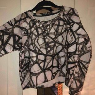 Sweatshirt i typ tjockt träningsmaterial, 150kr eller bud.