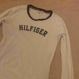 Långärmad Tommy Hilfiger tröja Storlek S, normal i storleken Använd fåtal gånger  Frakt står du för Priset kan diskuteras!