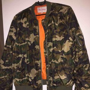 Vår jacka militär färg . Köpte på jobbet ny pris 599 kr . Använd inre ofta , fint skick . 150 kr kostar den , frakt till kommer för 69 kr .