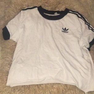 Adidas tröja klippt där nere för endast 50kr+frakt 🥳🤩