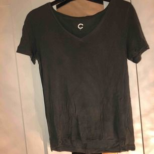 Mörkgrön t-shirt ifrån cubus.