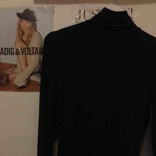 Så fin svart polotröja, stretchiga tyg☺️🙏🏽sitter superfint och säljer pga har liknade plagg😃👍🏽🥳