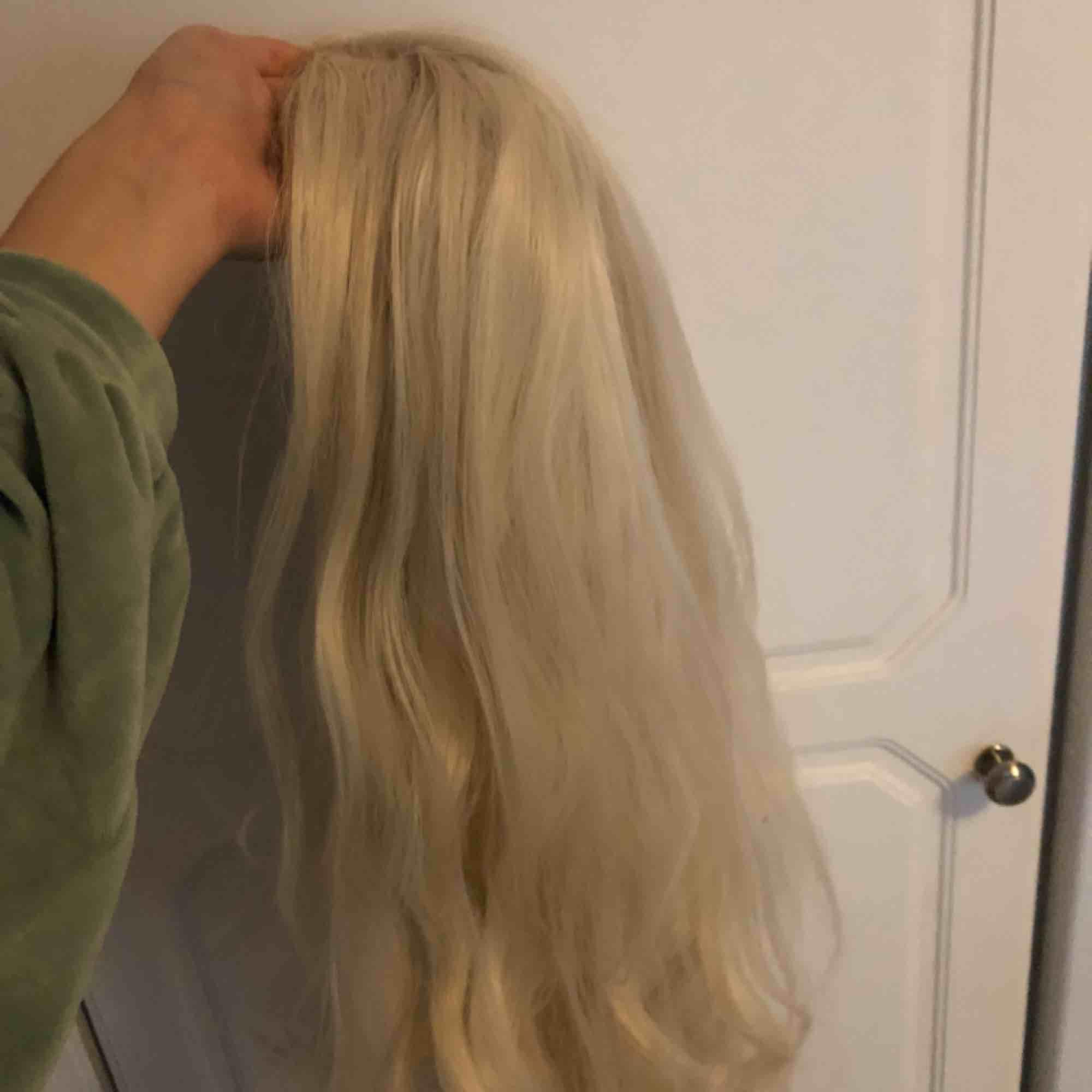 Lace front peruk i platinum blonde, naturtroget hår med babyhairs! Inköpt för runt tusenlappen. Känns och ser ut som vanligt hår, tål värme! Trasslar sig inte alls och kan tvättas i kallt vatten:). Accessoarer.