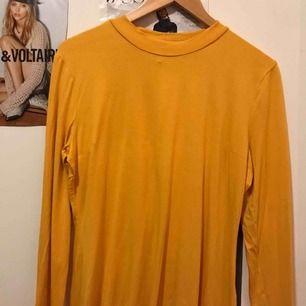 Superfina gul långarmd tröja med lite polo! Sitter jättefint oversize och perfekt under en kortad tröja eller bara själv😃😃😍🥳🙏🏽köpt hos Nelly.com