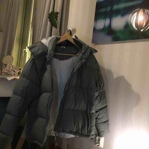En stor och jättemysig jacka från Adidas köpt från secondhand. Jackan är grågrönblå men det syns inte så jättebra på bilderna så det är bara att skriva ifall du vill ha bättre bilder! Väldigt bra skick, buda 🉑💞💞💞