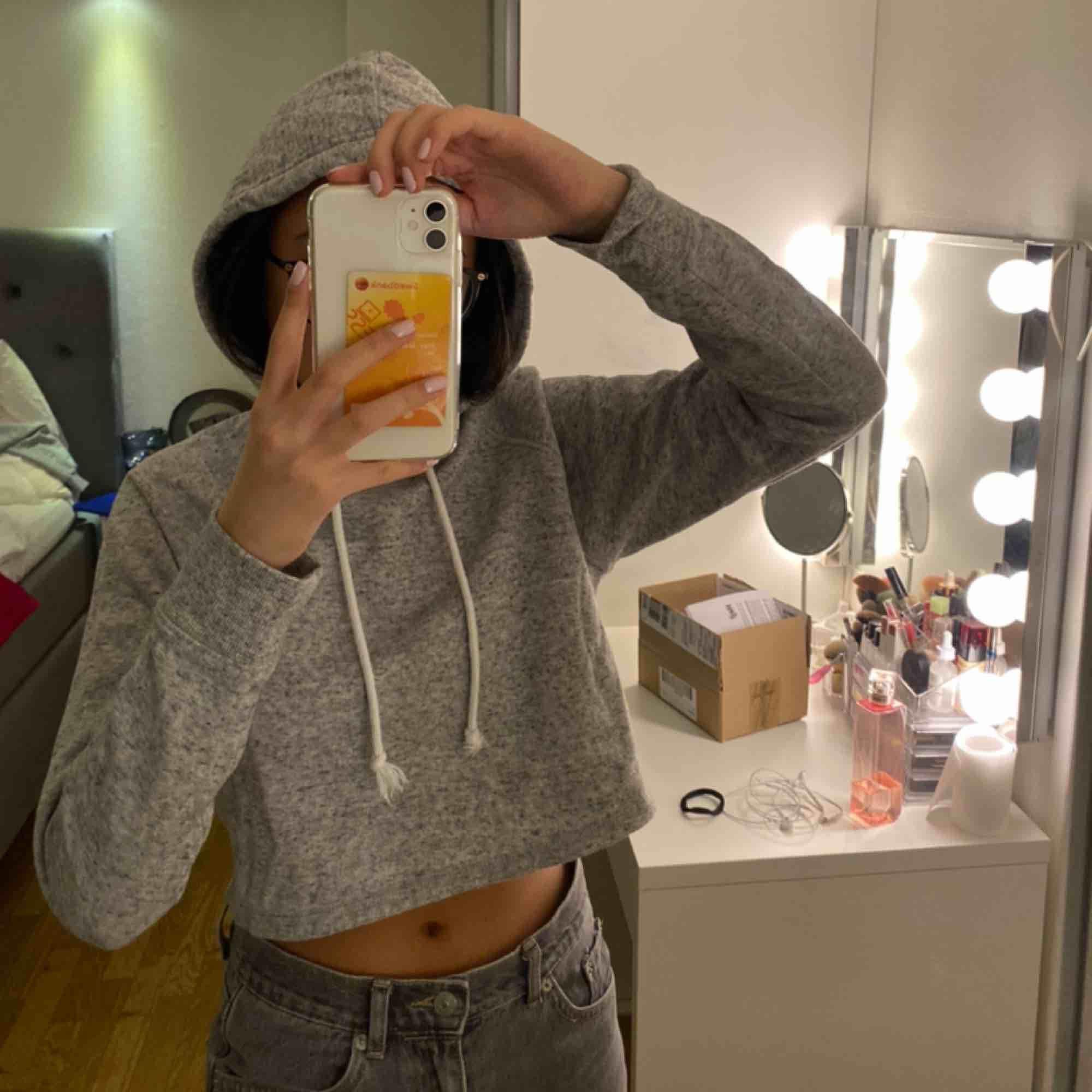 Croppad hoodie från hm. Stl xs. Bild 2 på inne tyget. Fortfarande jätte skön och som ny. Inget slitage. Använd Max ca 2 ggr💖. Huvtröjor & Träningströjor.