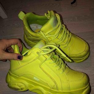 Ett par neon gula Buffalo Skor, använda fåtal gånger säljer pga har för många skor😋 lite halvsmutsig sula men går nog få bort! Ordninarie pris 1500kr