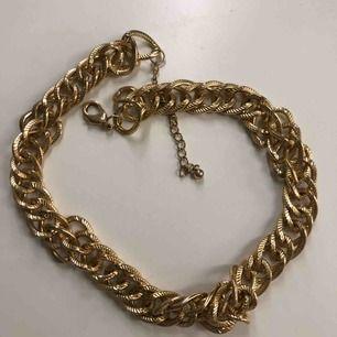 Halsband kedja i guldfärg. Inte rostat eller tappat färg. Använd ca 2 ggr. Frakt tillkommer på 18kr, frimärken ✨
