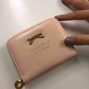 Liten plånbok. Dragkedjan flyter fint. Väl använd. Frakt tillkommer på 18kr, frimärken 💕