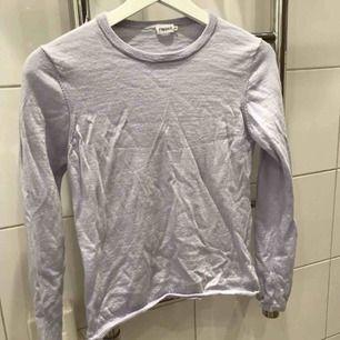 Mycket skön och extremt mjuk tröja från Filippa K.  Absolut inga fel på den och är i helt nyskick då den endast är använd några gånger.  Storlek M men passar även S🌸❤️