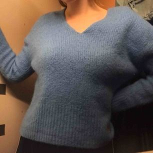 Superfin stickad tröja fyndad på second hand i somras. Härligaste färgen med fin v-ringning!  Kan skickas spårbart för 63 kr!