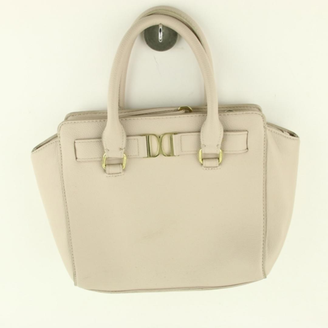 Säljer min don donna handväska i nyskick, långt band medföljer  Köparen betalar porto, kan mötas upp. Väskor.