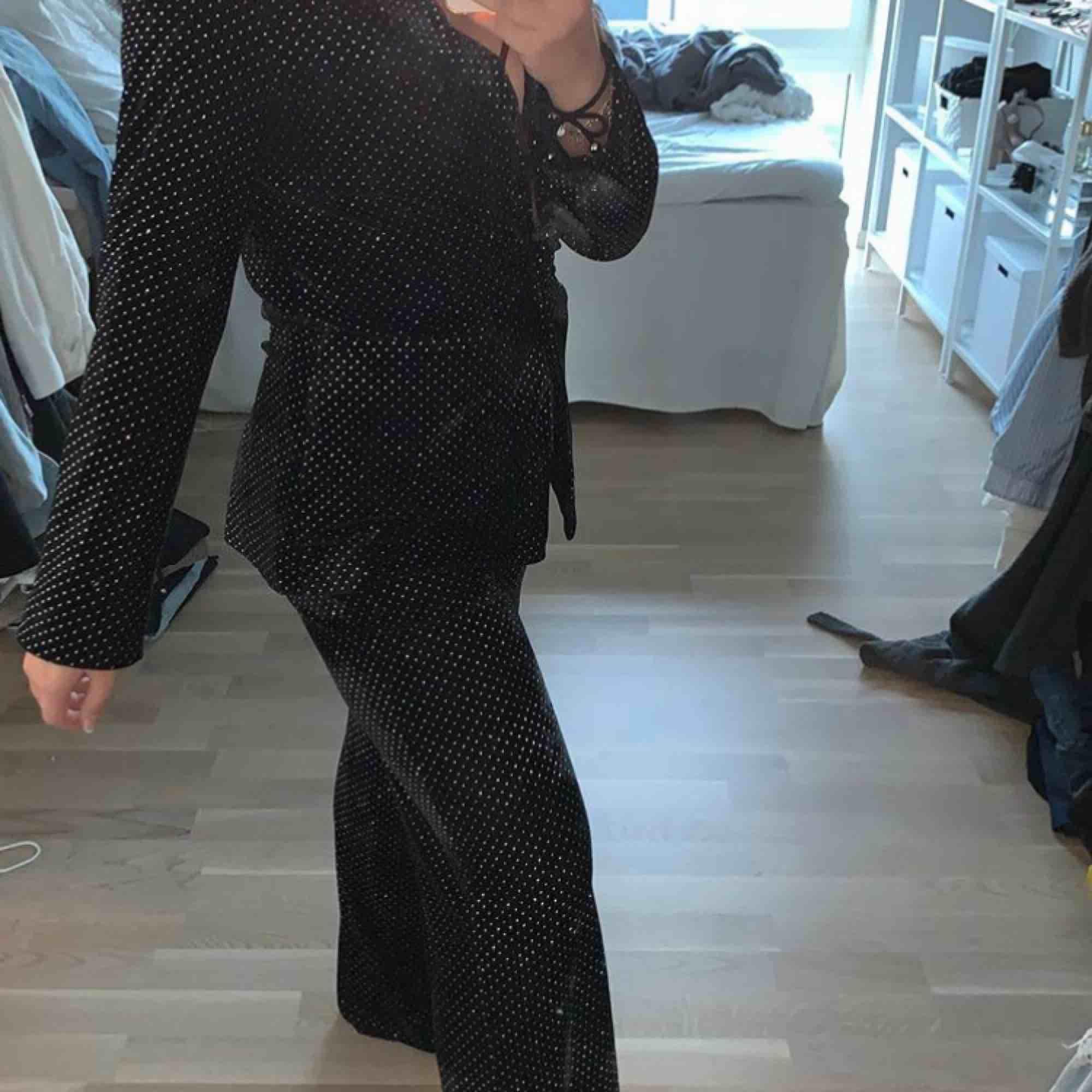 Set från nakd kavaj storlek 34 byxor 36 sammet med silvriga prickar på perfekt till nyår eller julafton . Kostymer.