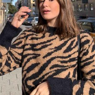 Superfin trendig zebra tröja i stickat material! Endast använd 1 gång då jag känner att jag inte passar i de mönstret! Org pris: 249 nu 150!! Storlek S passar perfekt för mig som är 170, pris kan diskuteras!