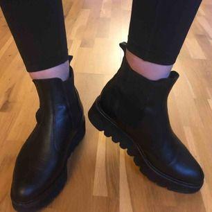 Svarta läder-boots med platå från J-shoes. Välbevarade och snygga!  Hämtas eller skickad mot frakt.